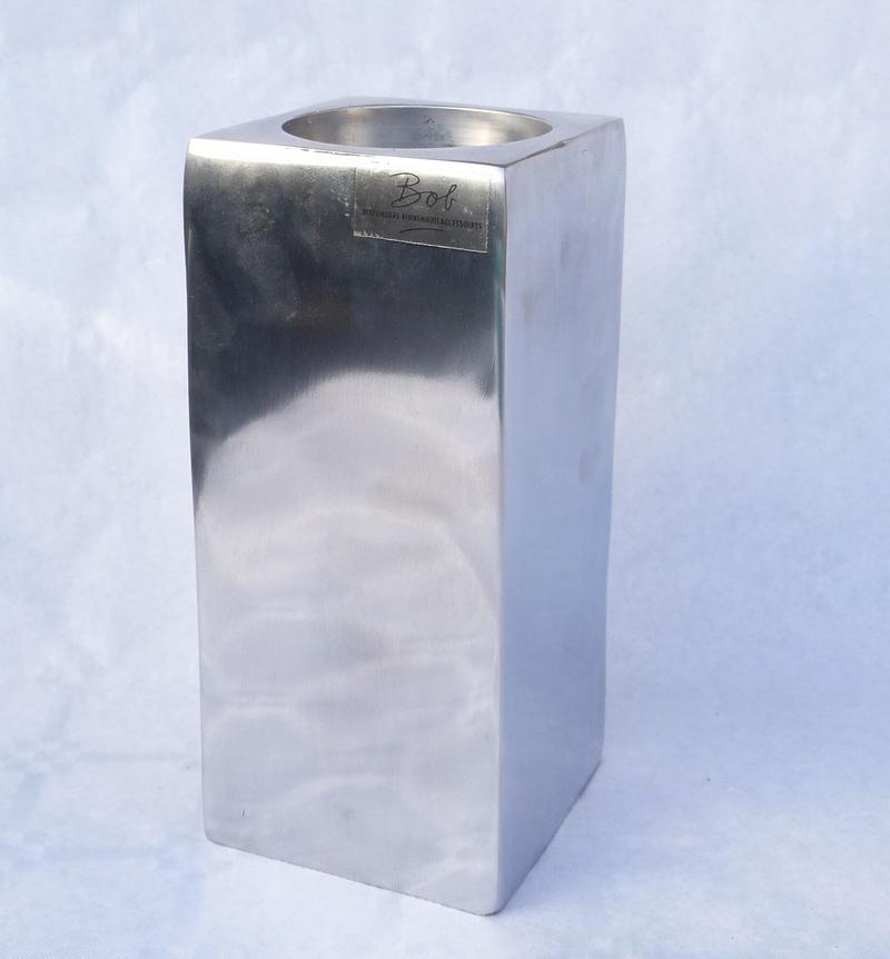 Vierkante aluminium waxinelichthouder.